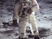 21 luglio 1969: l'uomo è per la prima volta sulla Luna. Nella foto, Aldrin che calpesta il suolo lunare con Armstrong riflesso nel proprio casco.