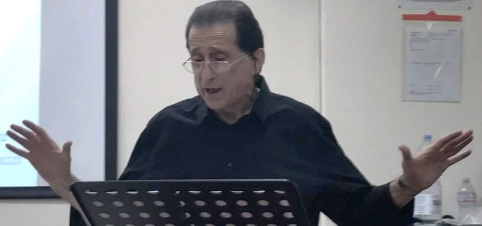 L'attore e regista Rino Bizzarro mentre recita alcune poesie di Totò
