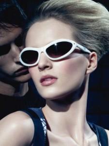 «Si soffermò per diverso tempo sull'ultima pagina, sul volto di una donna che pubblicizzava occhiali da sole griffati» a pag. 164. (Immagine pubblicitaria del 2010 di una nota marca di occhiali da sole griffati, facilmente reperibile sul web